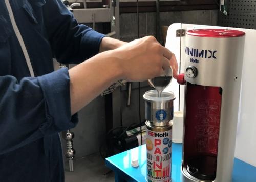 調色したカラーを缶に流し込みます